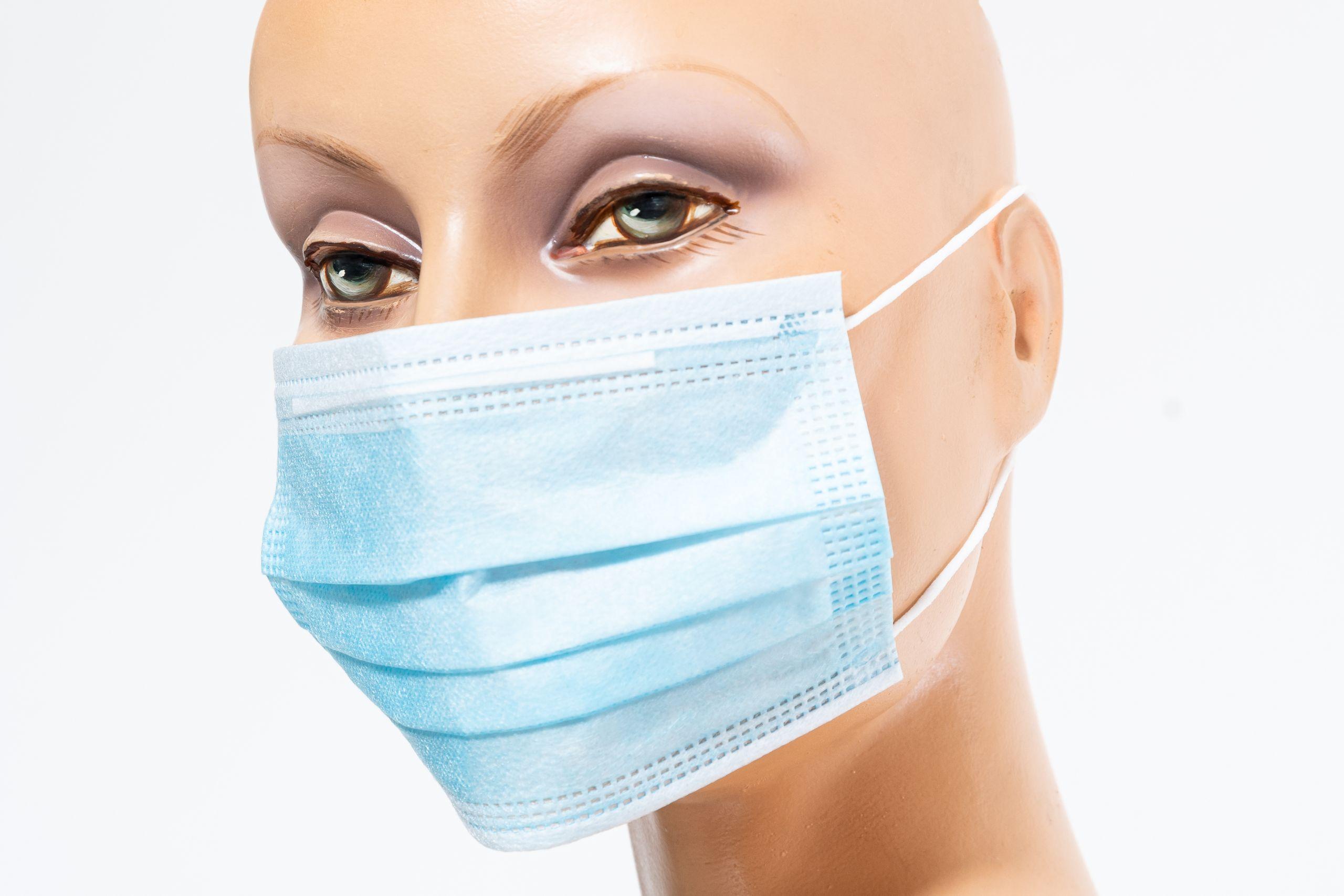 Frau mit blauer Maske seitlich Balder Care (c) Markus Flicker